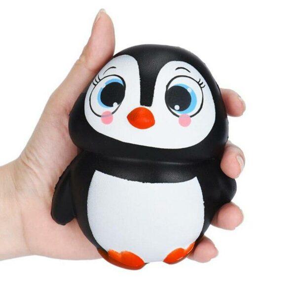 squishy pingouin dans une main