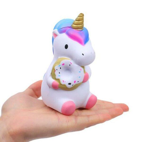 squishy bebe licorne dans la main