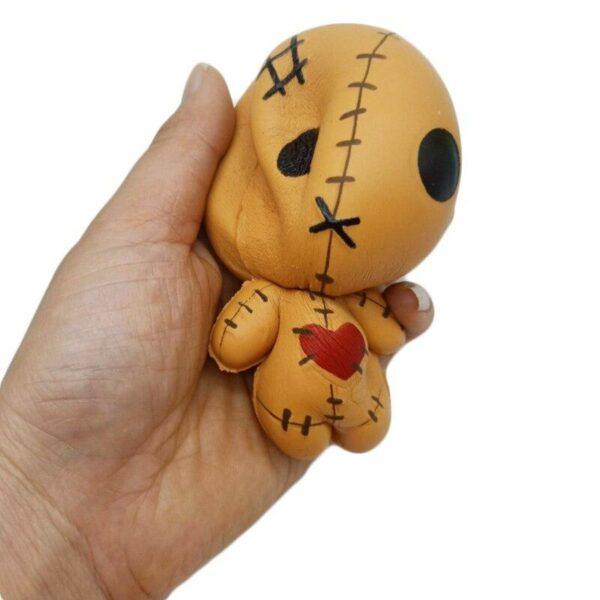 squishy poupée vaudou dans la main