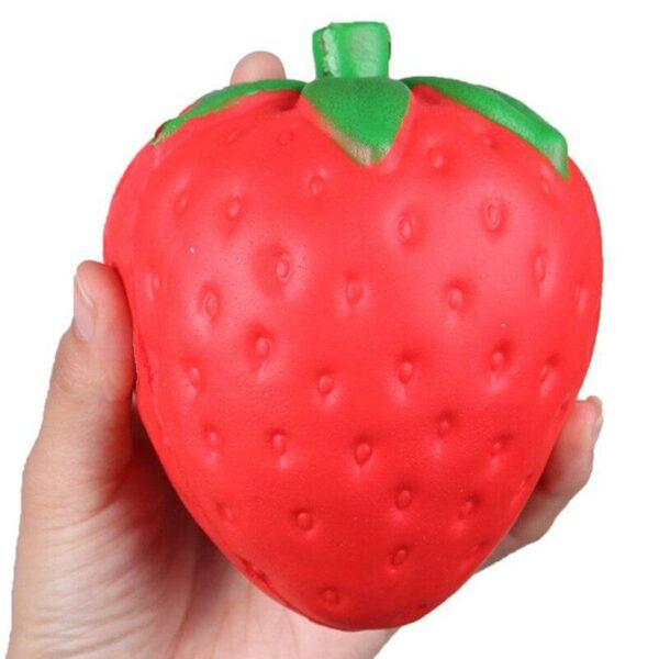 squishy fraise dans la main