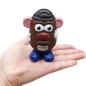 squishy m. patate dans une main