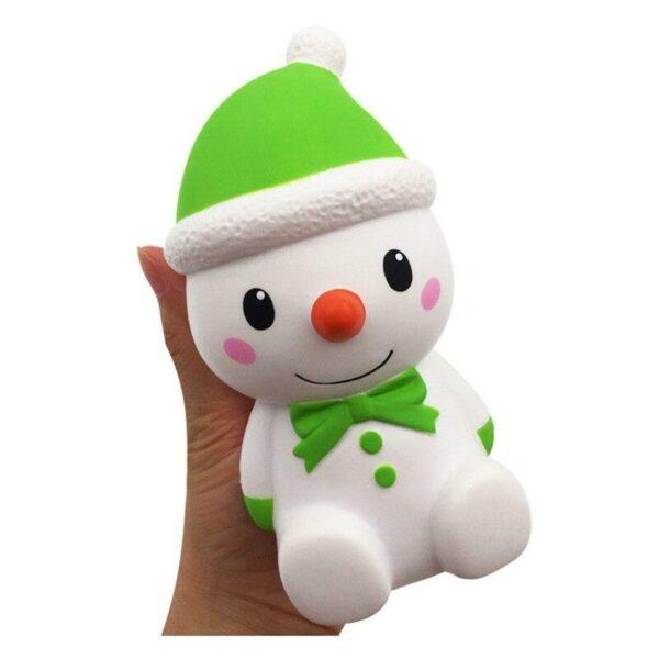 squishy bonhomme de neige vert dans la main