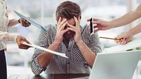 personne stressée au bureau