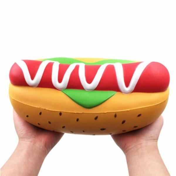 Squishy hot dog geant dans les mains
