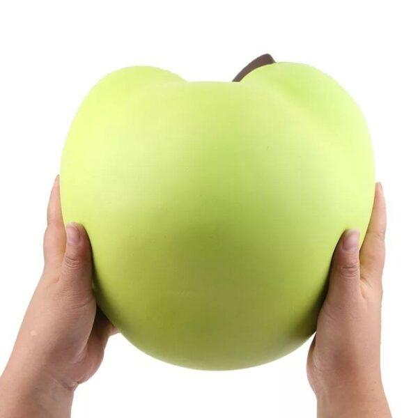 squishy géant pomme verte dans les mains