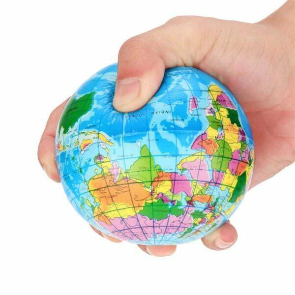 squishy globe terrestre dans la main