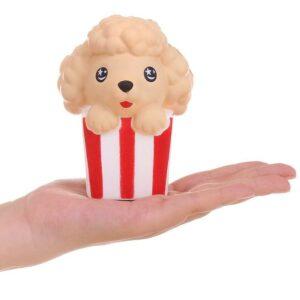 Squishy popcorn chien dans la main