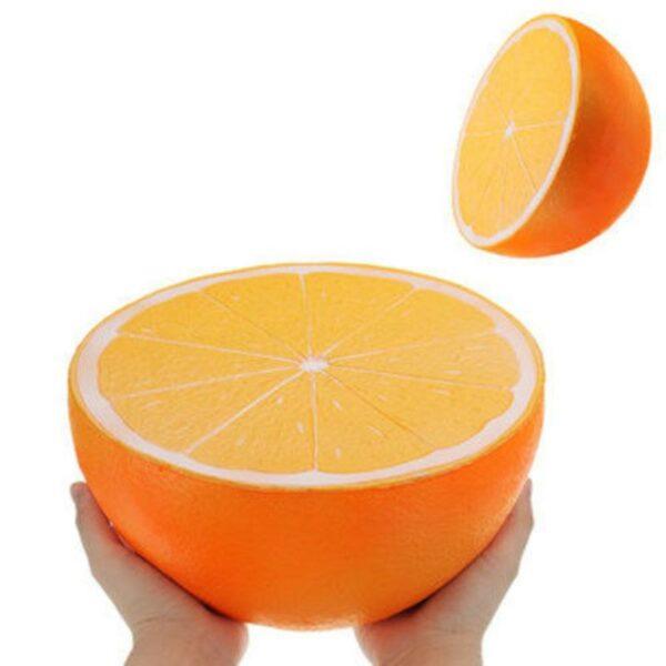 Squishy orange geant dans les mains