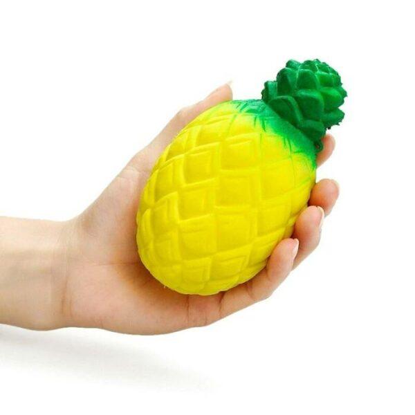 squishy ananas dans la main