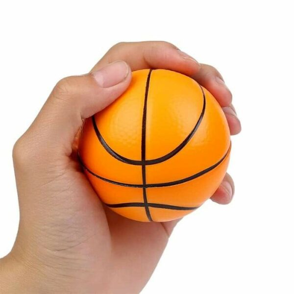 squishy basketball dans la main