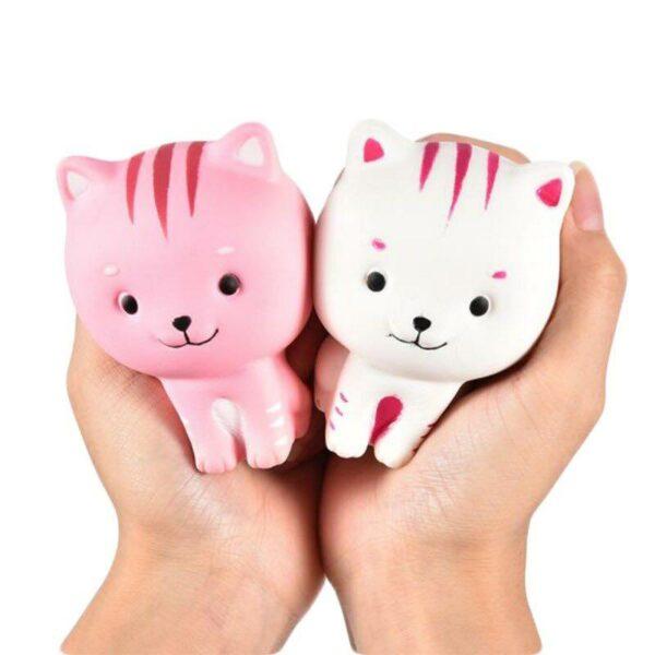 Squishy chat tigré dans la main