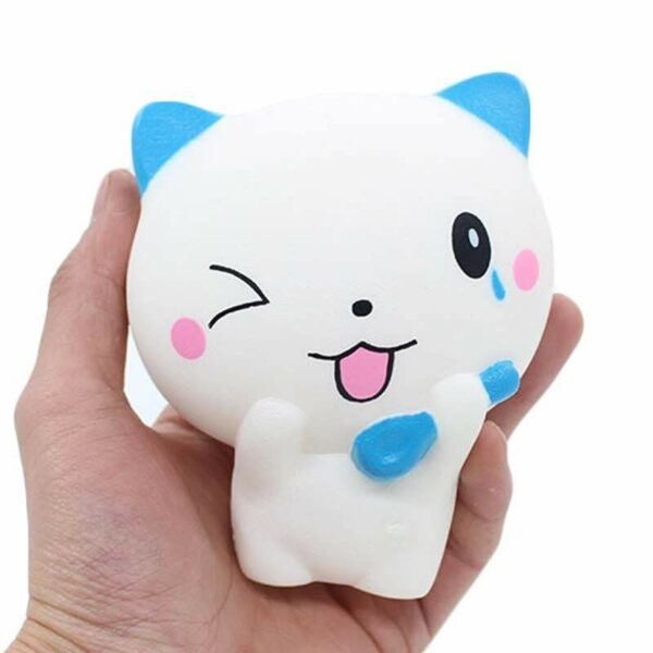 squishy chat blanc dans la main