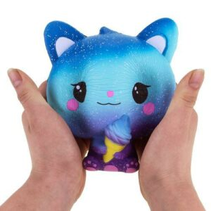 Squishy Chat Galaxy dans les mains