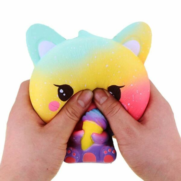 squishy chat multicolore dans les mains