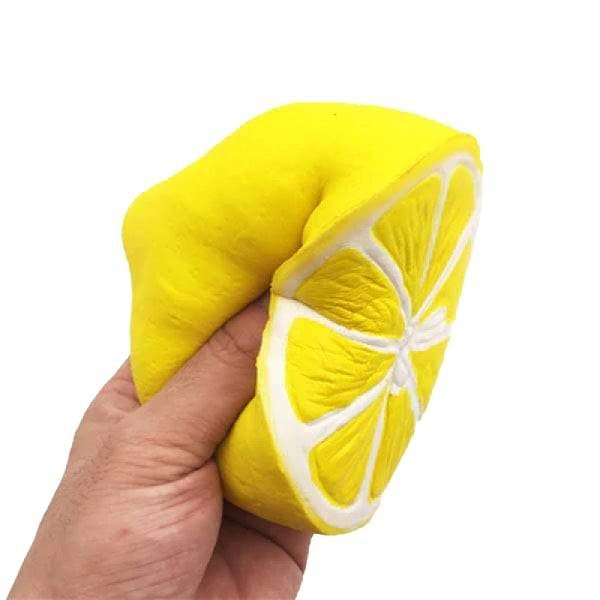 squishy citron dans la main