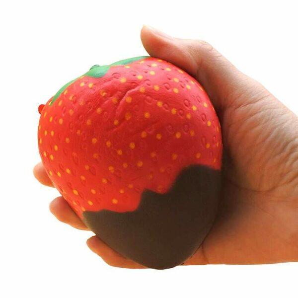squishy fraise chocolat dans la main