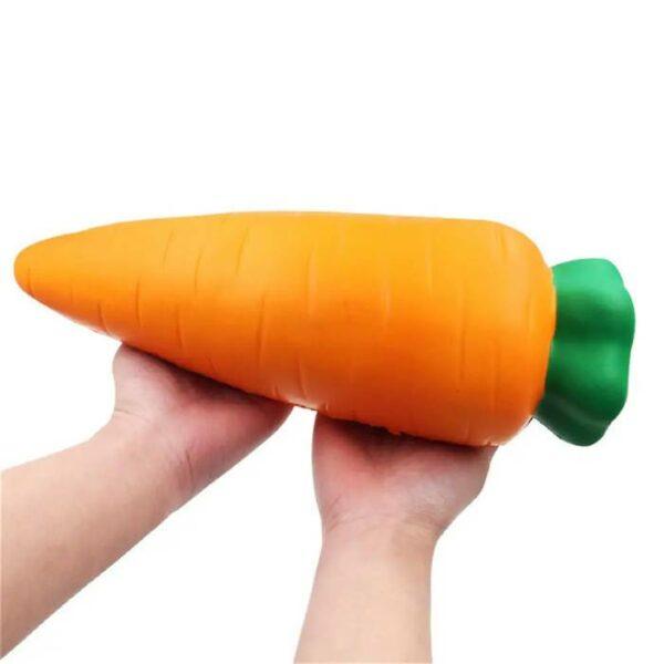 squishy géant carotte dans les mains