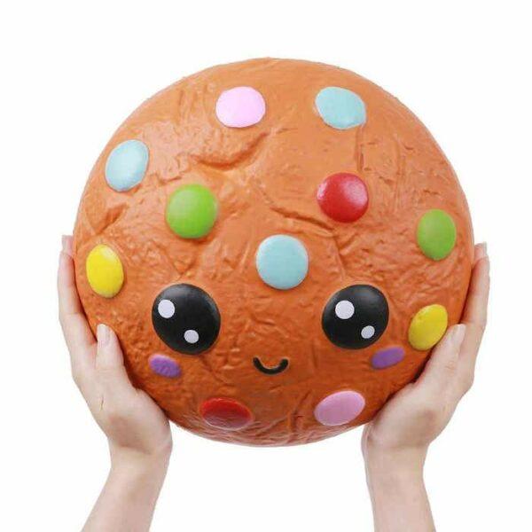 squishy geant cookie dans les mains