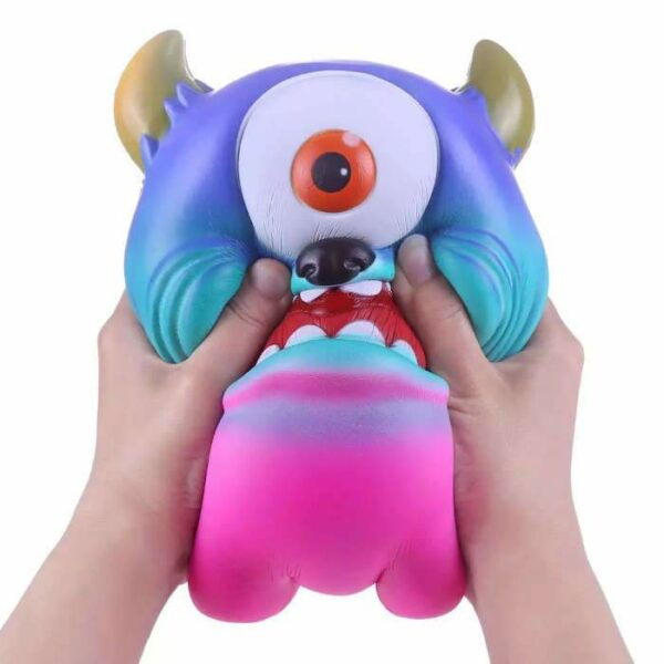 squishy geant monstre dans les mains