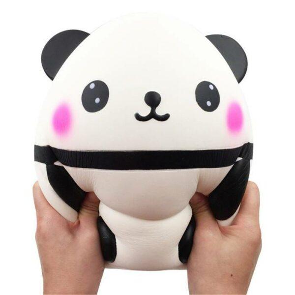 squishy geant panda dans les mains
