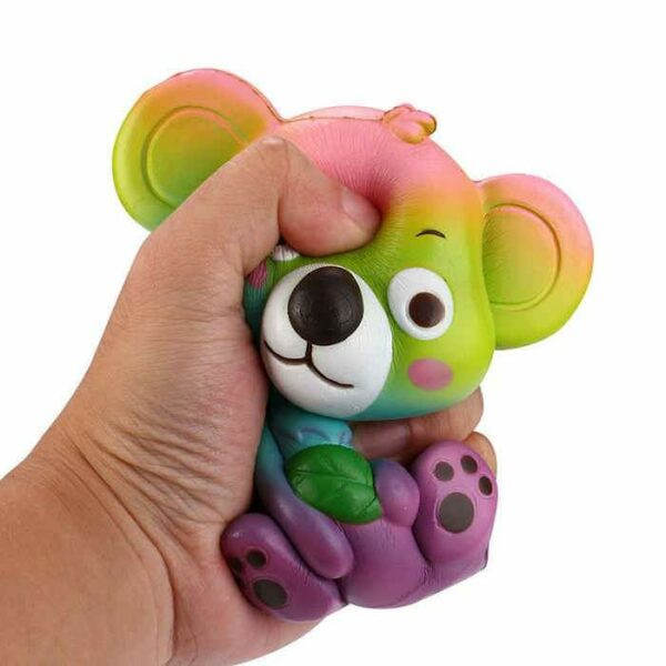 squishy koala multicolore dans la main