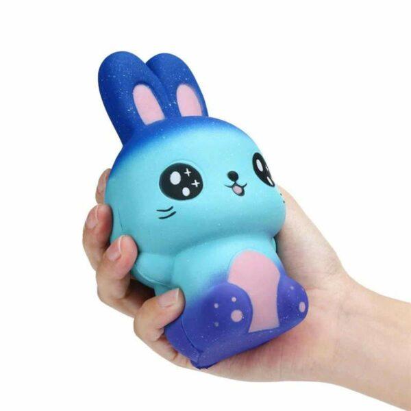 Squishy lapin galaxy dans la main