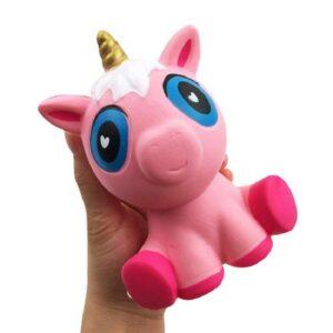 squishy licorne rose dans la main