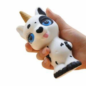 squishy licorne vache dans la main