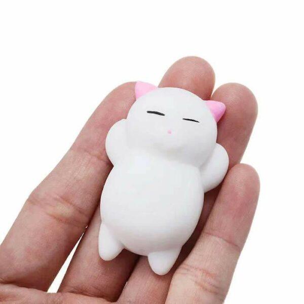 squishy mochi chat blanc dans la main