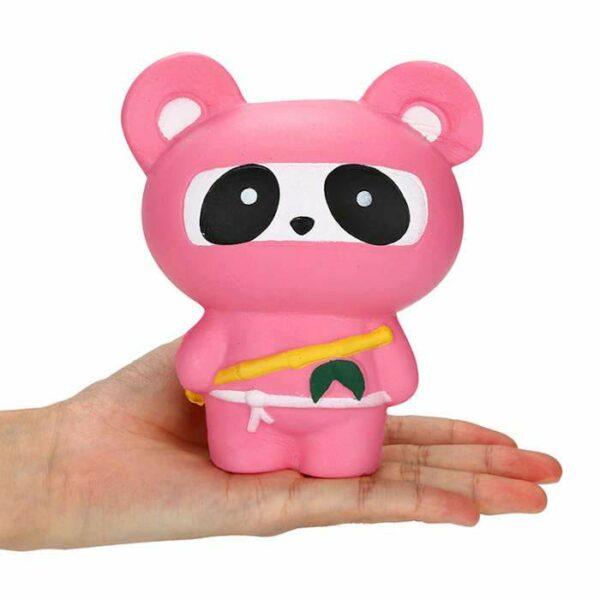 squishy panda ninja rose dans la main