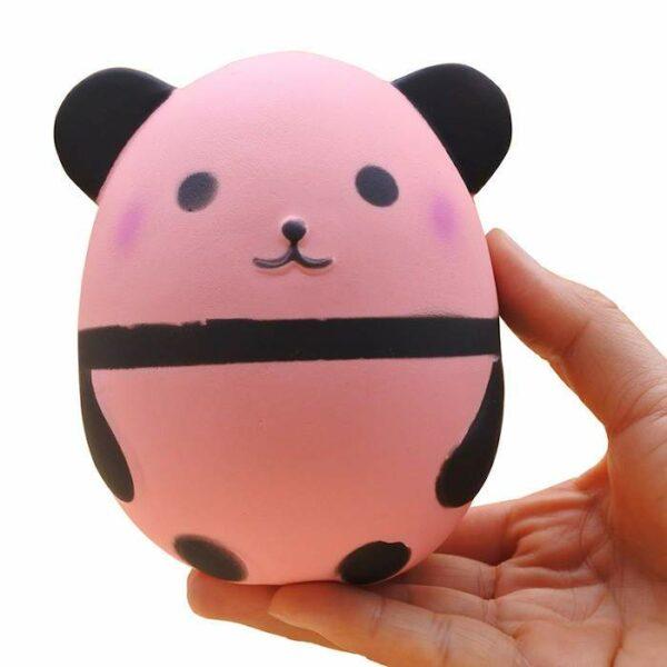 squishy panda rose dans la main