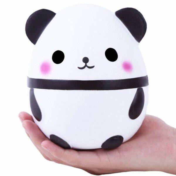squishy panda dans une main
