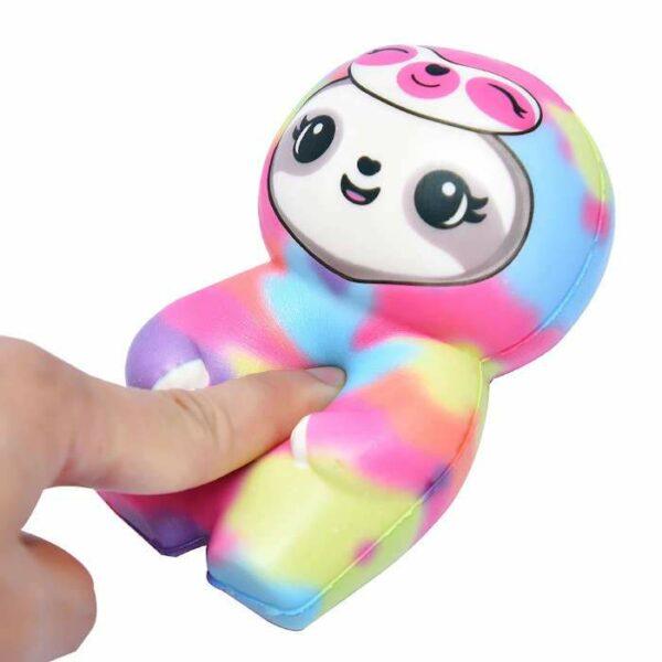 squishy paresseux multicolore dans la main