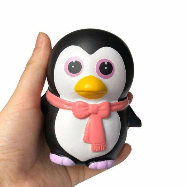 squishy pingouin kawaii dans la main