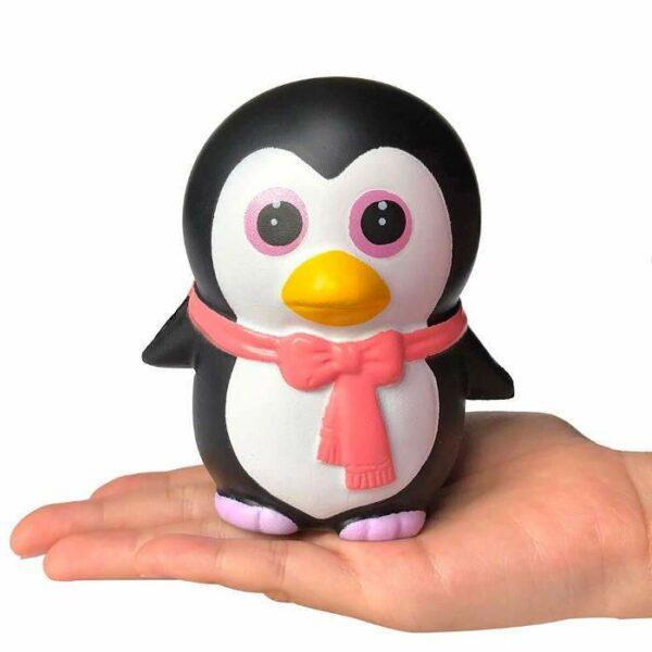 squishy pingouin kawaii sur la main