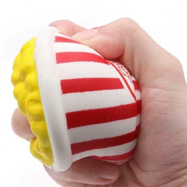 squishy popcorn rouge dans la main