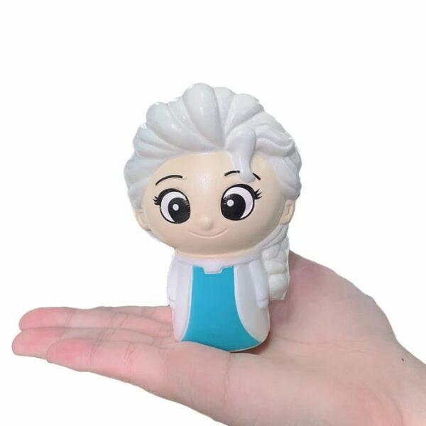 squishy reine des neiges sur la main